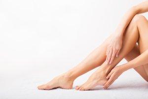 ahonnan vörös foltok jelennek meg a lábak között)
